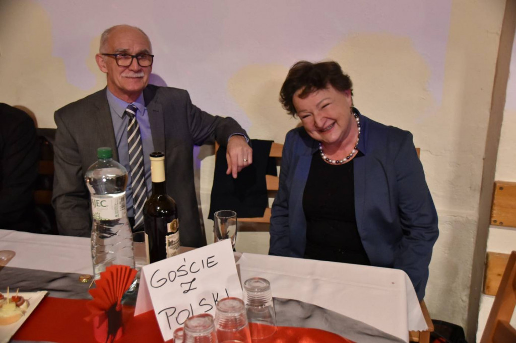 Przijechali goście z Polski, tak sie im na balu podobało, że se zamówili miejsca na prziszły rok.